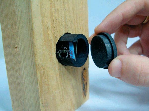 Inserción del sensor CADIX en una pieza de madera