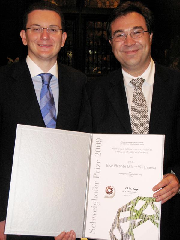 Los dos investigadores valencianos de AIDIMA con el premio Schweighofer