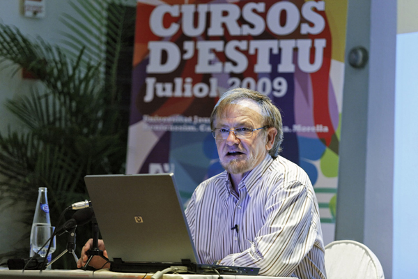 """Wenceslao Rambla de la Universitat Jaume I impartiendo la conferencia """"Disseny, art del segle XX? Autor foto: Antonio Pradas"""