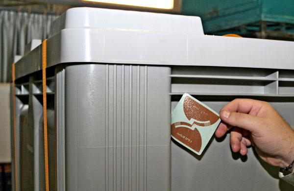 Imagen de la etiqueta inteligente junto al contenedor donde irá oculta en su interior