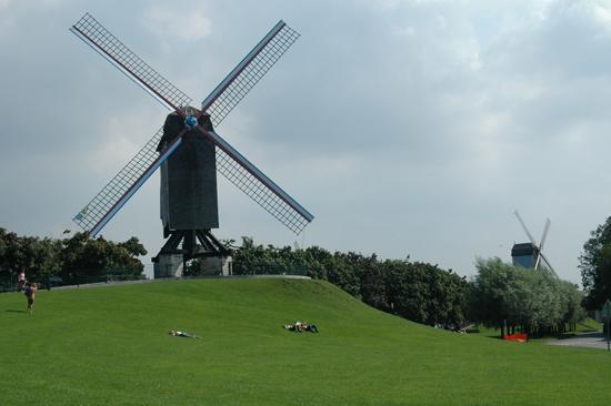 Ejemplo de energías límpias: Molinos de viento en Brujas, Bélgica. Autora foto: Esperanza Rodríguez. Fuente: http://bancoimagenes.isftic.mepsyd.es/
