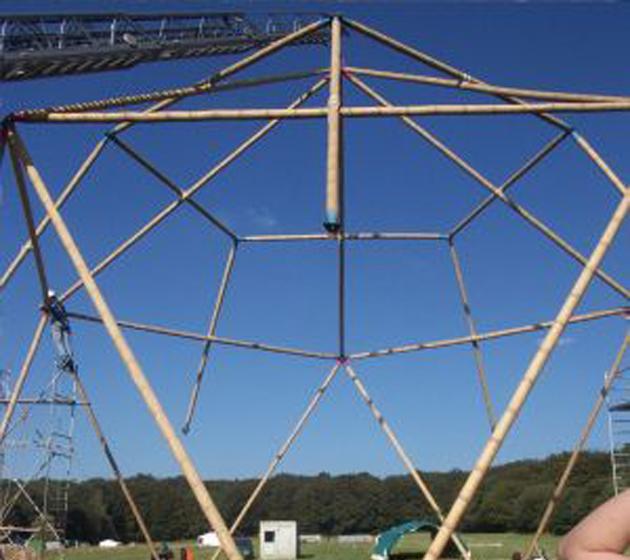 Estructura tridimensional de bambú para una construcción temporal.