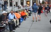 Gente acampada en Nueva York esperando la apertura de la tienda de Apple para adquirir el iPhone 5. Fotografía: Steve Rhodes. Fuente: Observatorio de Tendencias del Hábitat.