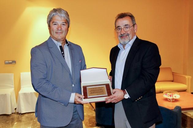 José Vicente González le entrega la placa conmemorativa a Jesús Nebra-Feria Valencia y CECOMU