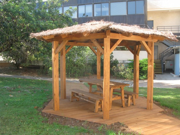 Pérgola construida con los distintos perfiles de madera tratada