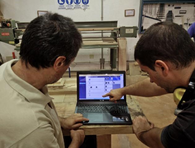 Siguiendo las instrucciones del Jobcard a pie de taller