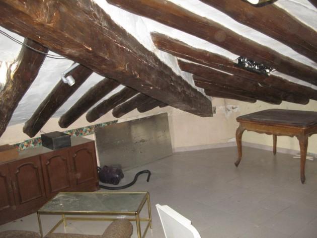 Vista general de la viga de carga y las viguetas en una cubierta del edificio.