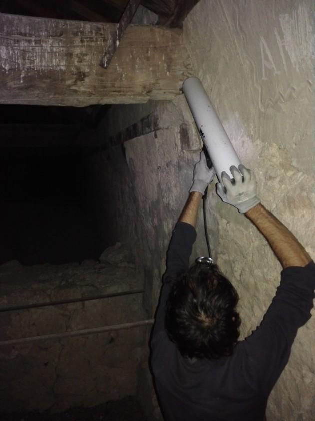Técnico realizando una resistografía del empotre de un tirante.