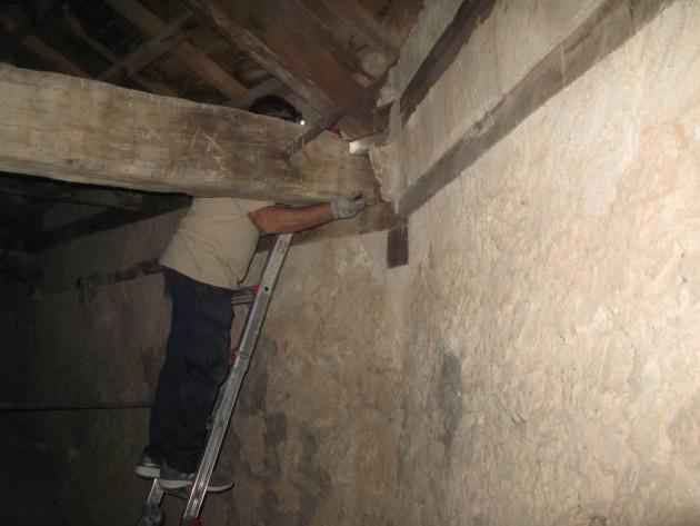 Técnico revisando el empotre del encuentro muro-tirante-par.