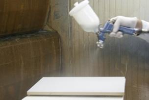 Proceso de pintado de tablero derivado de la madera mediante el uso de pinturas en base agua en cumplimiento de la directiva 2004/42/ce
