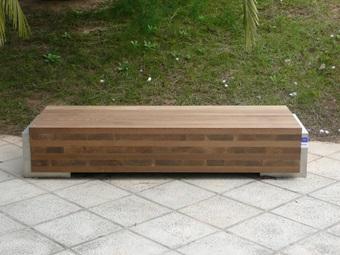Ejemplo de producto innovador desarrollado por AIDIMA: Banco exterior realizado con madera con madera de corazón rojo de haya modificada mediante tratamientos térmicos