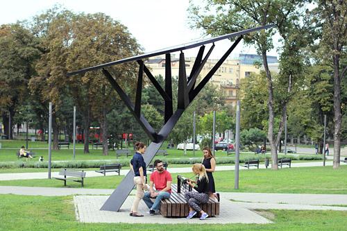 Ejemplo de objeto urbano inteligente: parasol que genera energía solar, proporciona conexión WiFi y carga gratuita de dispositivos móviles, y que  monitoriza mediante sensores su entorno (temperatura, humedad, calidad del aire, presión del aire, nivel de ruido). Fuente: Strawberry Energy