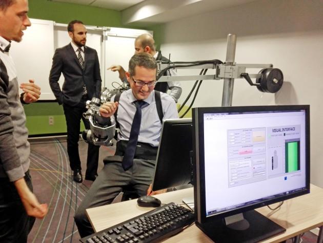 El director de I+D+i de Royo Group, César Taboas, en una de las pruebas con exoesqueleto durante la presentación del proyecto HUMAN esta mañana en Bruselas.