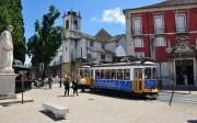 El famoso tranvía 28 que recorre el barrio de Alfama, uno de los cinco que integran el casco antiguo de Lisboa, junto a la Baixa, el Barrio Alto, Chiado y Belém.
