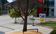 Ejemplo de objeto urbano inteligente: árbol artificial con sensores de ruido ambiental y de calidad del aire; con iluminación LED nocturna; y con placas solares que generan energía para recargar por USB móviles y portátiles. Fuente: http://senergy.rs/