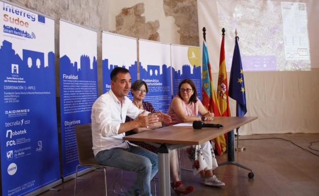 El alcalde de Riba-roja de Túria, Robert Raga, junto a la coordinadora del proyecto en AIDIMME, Rosa Pérez, y la responsable de Patrimonio del Ayuntamiento de Ávila, Rosa Ruiz, al fondo, durante la rueda de prensa de presentación de la iniciativa SHCity.