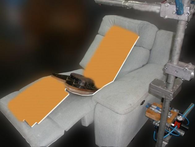 Ensayo de un sofá de KOO Internacional con dispositivos electrónicos de asistencia a la movilidad.