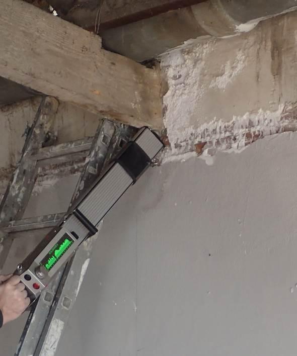 Fotografía 3. Realización de ensayo no destructivo por resistografía para la detección de defectos en la madera antigua.