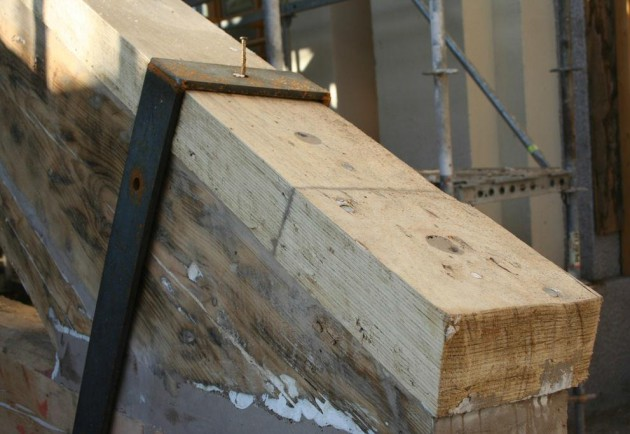 Fotografía 4. Ejemplo de producto de refuerzo (madera microlaminada) en la parte superior de una cercha  deteriorada de madera. Fuente: CIS-MADEIRA