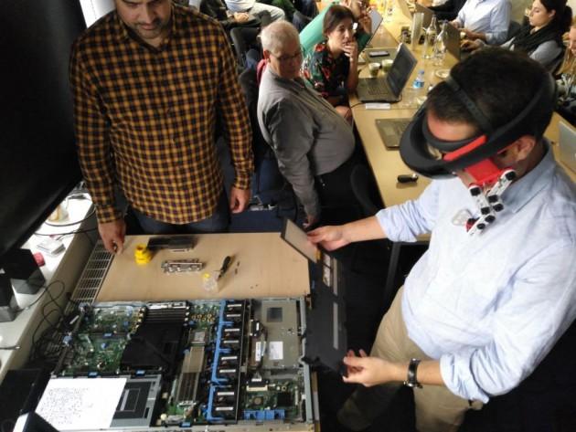 El director de I+D+i de Royo Group, César Taboas, probando el prototipo de Realidad Aumentada.