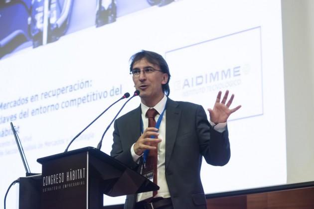 El analista de mercados y estrategia de AIDIMME, Vicente Sales, durante su intervención.