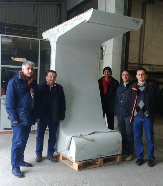 Imagen 5. Estructura de madera del prototipo tratada para generar el molde a partir del cual se produjo la estructura principal. A la izquierda, junto a parte del equipo de investigadores de AIDIMME e ITC-AICE, está el arquitecto austriaco Kiyanshid Hedjri.
