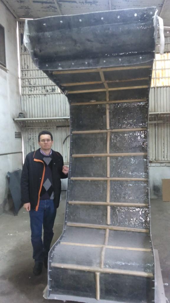 Imagen 6. Estructura principal del prototipo, que está hecha en fibra de vidrio de 8 mm. Sobre esta estructura principal, una vez pulida y pintada, se ha instalado la cerámica autolimpiante y la madera tratada.