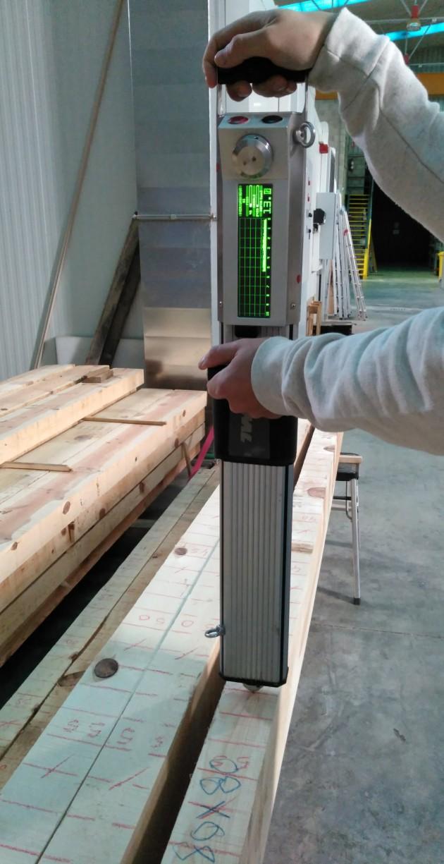 Imagen 7. Realización de un ensayo de resistografía, técnica que forma parte de la metodología de evaluación no destructiva que se está acabando de desarrollar.