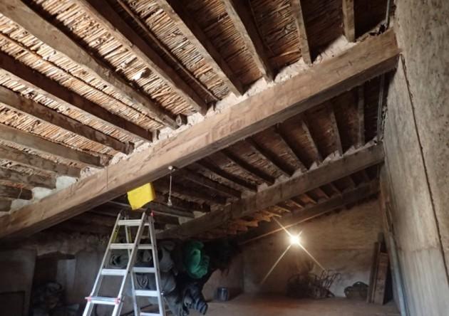 Fotografía 1. Estructura de cubierta hecha vigas de carga de mobila junto con correas de madera de pinos locales (Pinus halepensis y P. pinaster).