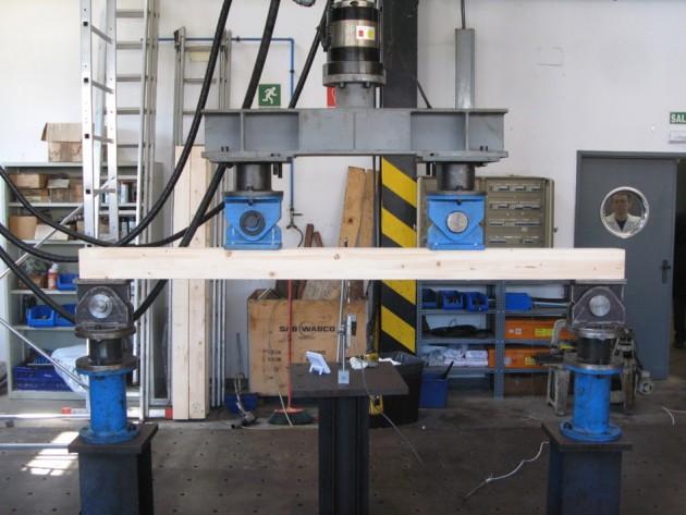 Fotografía 3. Ensayo de resistencia a flexión mediante maquina universal de ensayos, según la norma UNE-EN 408. Muy rara vez pueden realizarse estos ensayos destructivos en madera antigua y patrimonial; y para madera nueva tienen un coste muy elevado y se desaprovecha material.